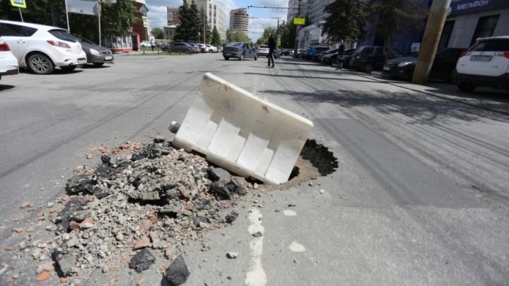 «Машину перекосило»: челябинка рассказала о ДТП из-за открытого колодца на Сони Кривой