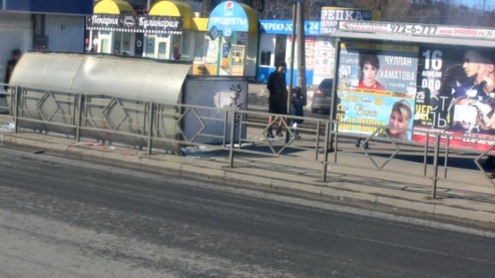 «Решил прилечь»: остановочный павильон на Карбышева опрокинулся на землю