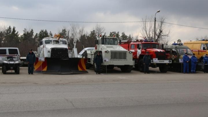В Волгограде спасатели и дорожники расчистили Третью Продольную от большегрузов