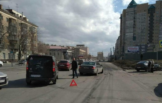 Иномарка ударом отправила ВАЗ в светофор