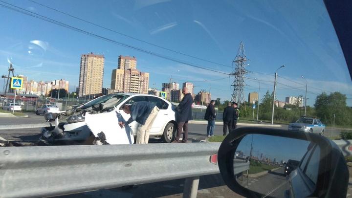 Таксист врезался в металлическое ограждение на Алебашевской