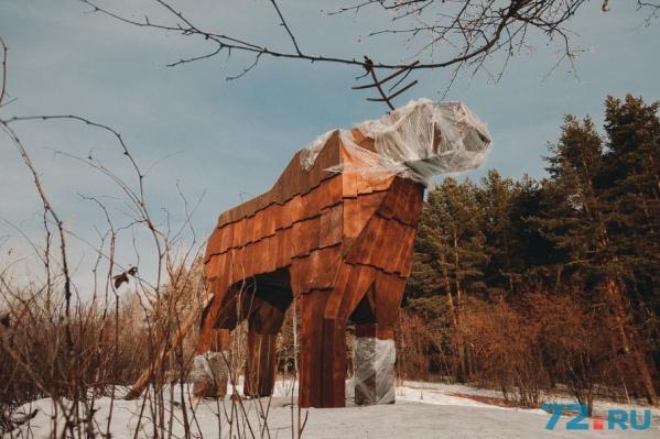 В лесопарке уже появились фигуры животных и птиц, арки и горка