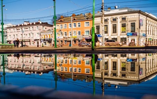 Ярославль в зазеркалье: весенний город отражается в лужах