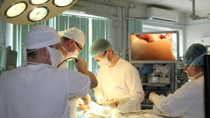Не оставляя следов: челябинские хирурги начали шить раны после грыж новыми нитками