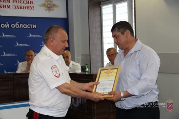 Охранника салона наградили за бдительность и информацию о приметах налетчиков