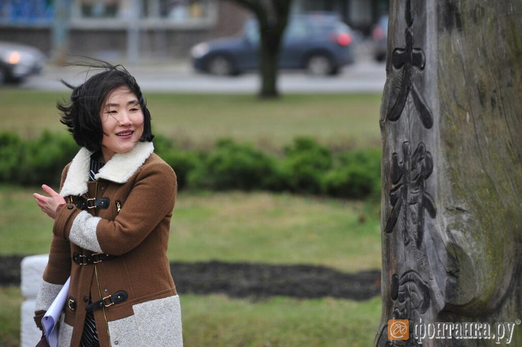 Консул Республики Корея по вопросам культуры Чо Гын-Хи осматривает идолов