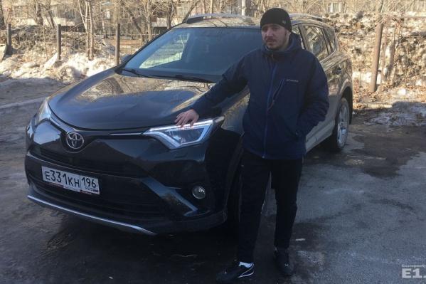 Виталий купил машину в автосалонев 2016 году.