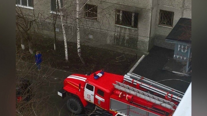 Пожарные спасли пятерых человек из загоревшейся «трёшки» на Широтной