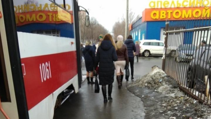 «Нет напряжения»: на улице Ново-Садовой встали трамваи