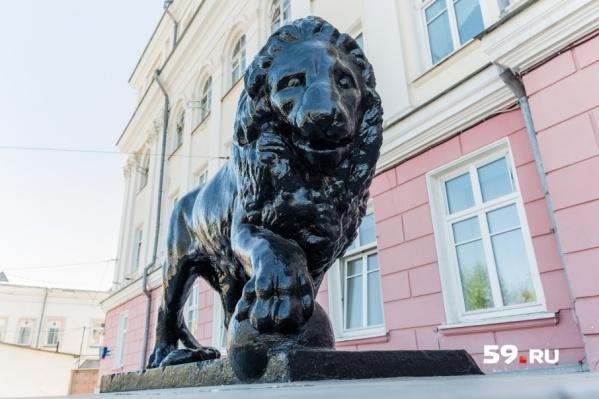 Статуи львов — главное украшение дома на улице Монастырской