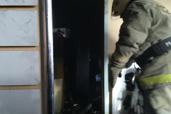 Чтобы полностью потушить пожар, спасателям понадобился час