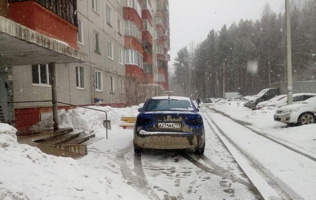 «Я паркуюсь как…»: автохамы возле подъездов, парковка на тротуарах и другие нарушения правил в Перми