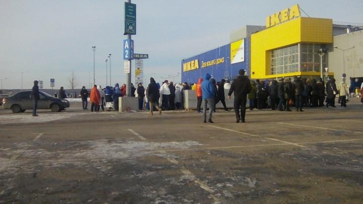 «Люди стояли в пледах»: в Самаре из ТЦ «Мега» эвакуировали 1,5 тысячи посетителей