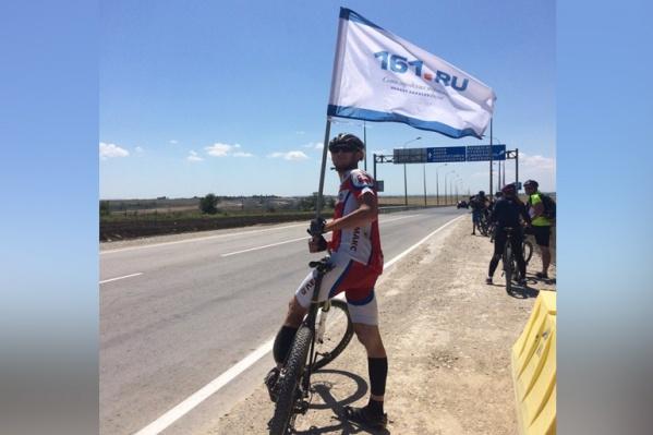 С собой велосипедисты взяли флаг из нашей редакции