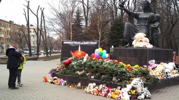 Кемерово, скорбим. Ростовчане второй день несут цветы к мемориалу на Садовой