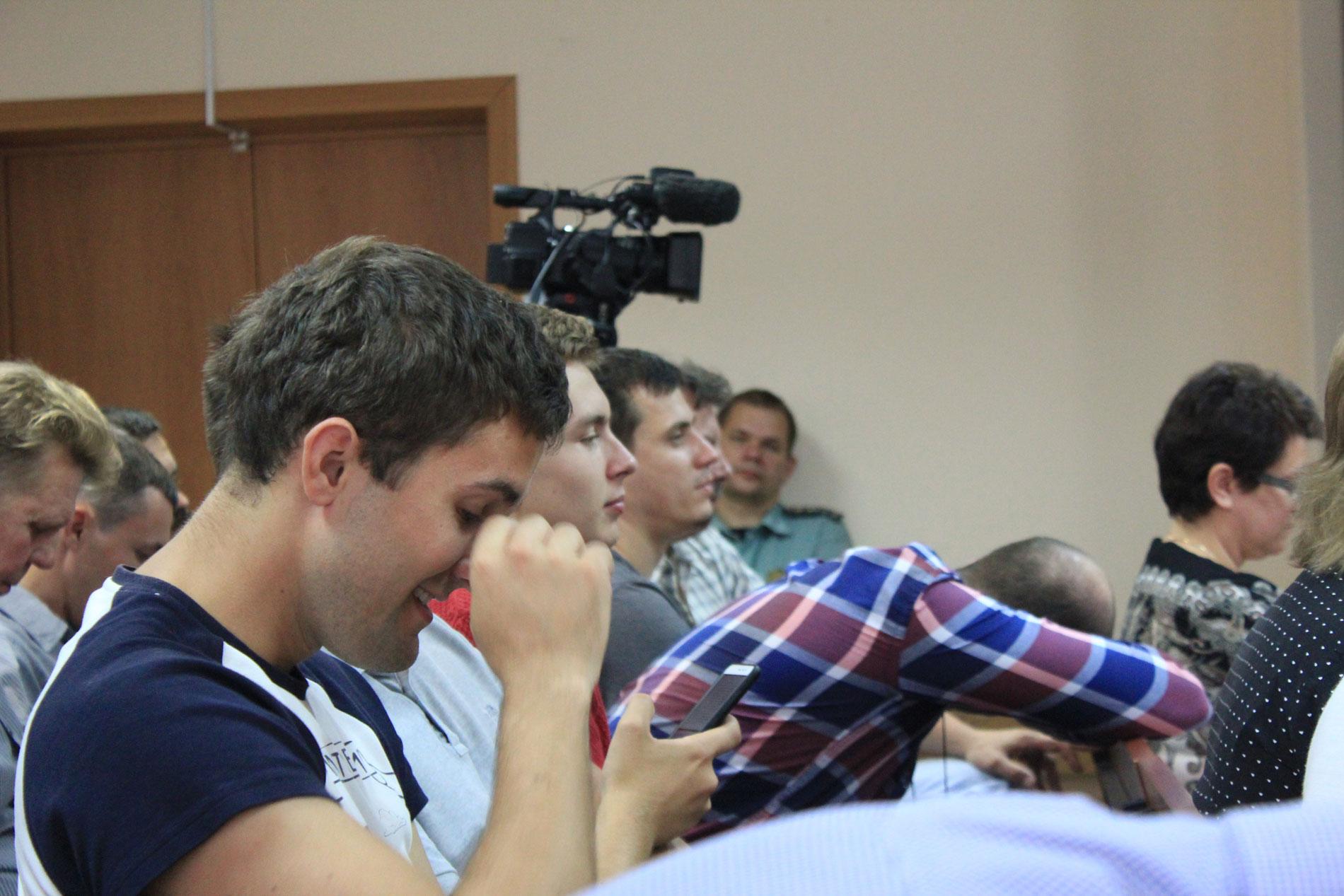 Слушатели ждали полтора часа, пока судья решала, продолжать ли рассматривать дело