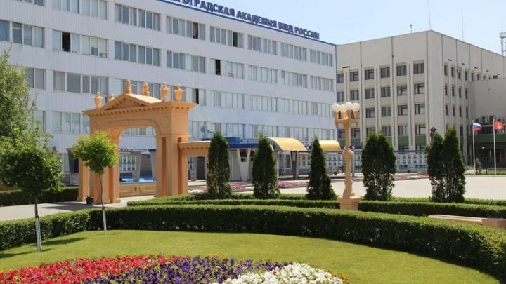 В академии МВД Волгограда отреагировали на скандальный заезд выпускников на Land Cruiser Prado