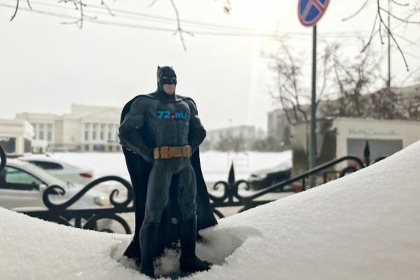 Редакция 72.ru решила помочь дорожникам с уборкой снега. Отправили на улицу Бэтмена, который прямо сейчас спасает Тюмень от снежных завалов