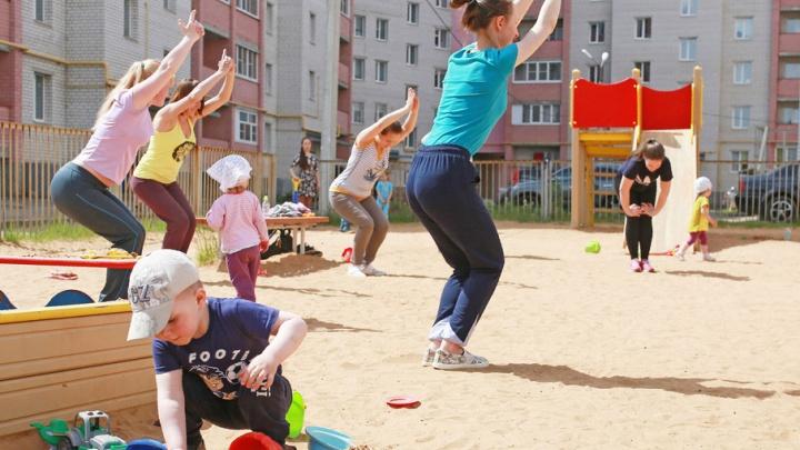 Фитнес-зал в песочнице: ярославские мамы занялись йогой прямо во дворе