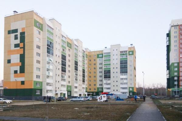 Участки возле многоэтажек, по словам жителей, остались в собственности застройщика