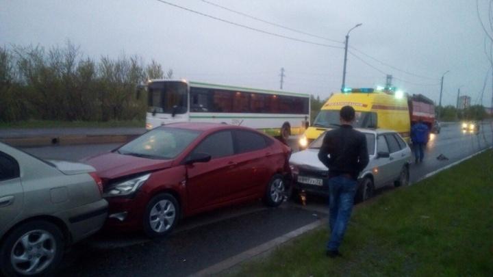 На Алебашевской водитель «Лады» снёс три иномарки: пострадали двое детей и взрослый