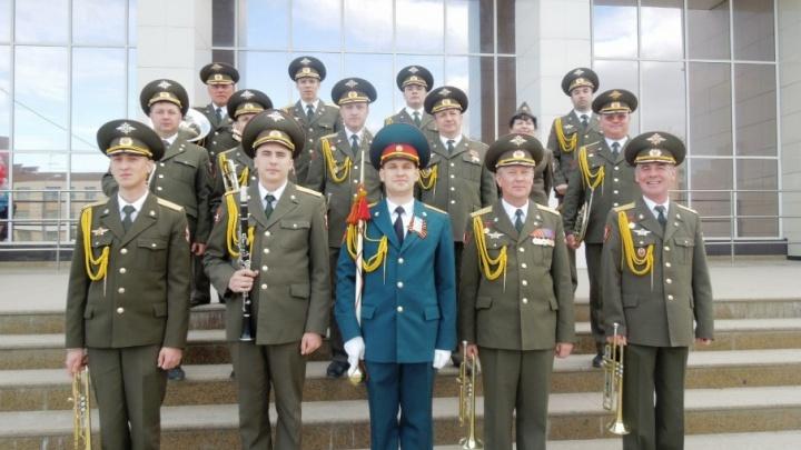 Военный оркестр и песни о Родине: в Перми отметят День флага России