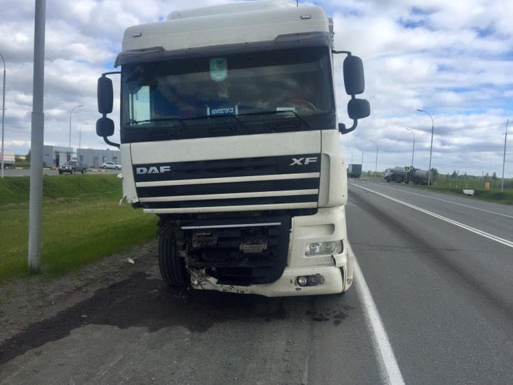 Легковой автомобиль врезался во встречный грузовик