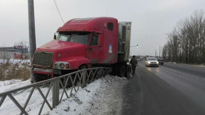 На окружной дороге в Ярославле фура снесла забор и затормозила о столб