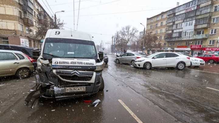 На перекрёстке в Челябинске столкнулись маршрутка и четыре легковушки