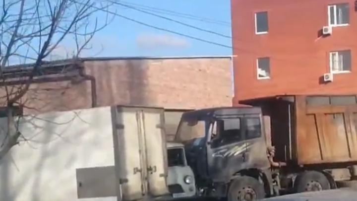 В Ростове на Нансена фура смяла пять машин