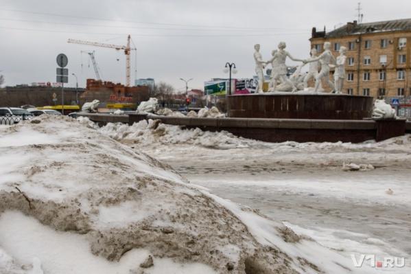 Привокзальную площадь сковало льдом и засыпало снегом