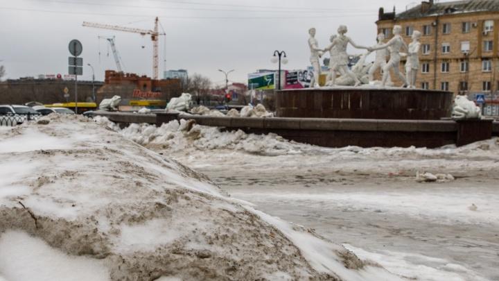 Фонтан «Бармалей» на привокзальной площади в Волгограде потерялся в снежных завалах