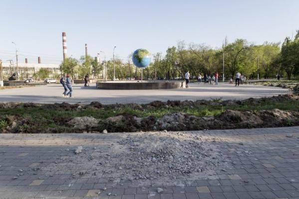 Вдоль проспекта Ленина вместо цветущих клумб красуются бугры и траншеи