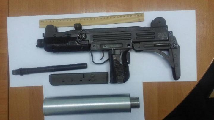 На Жуковского пьяный тюменец с пистолетом-пулеметом и ножом бегал по подъезду