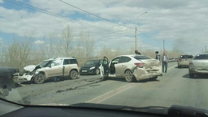 «Перегородили всю дорогу»: в Самаре на Южном мосту столкнулись четыре легковушки