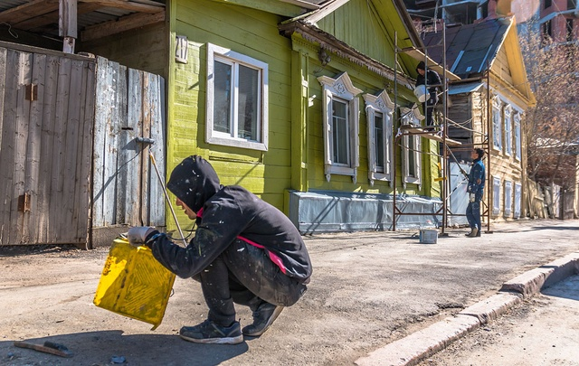 Желтый, синий, зеленый – в  центре Самары начали красить фасады деревянных домов