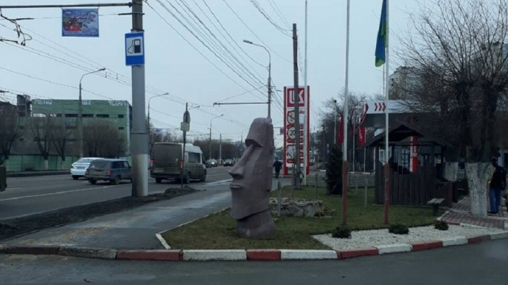На Тракторном в Волгограде поселился истукан с острова Пасхи