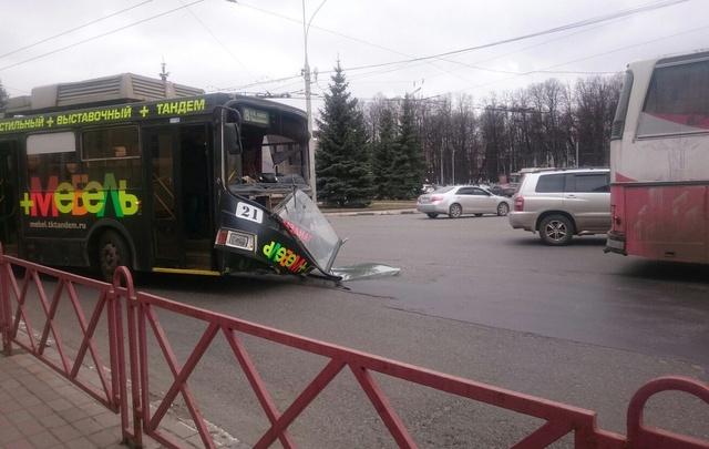 В центре Ярославля троллейбус с пассажирами влетел в автобус
