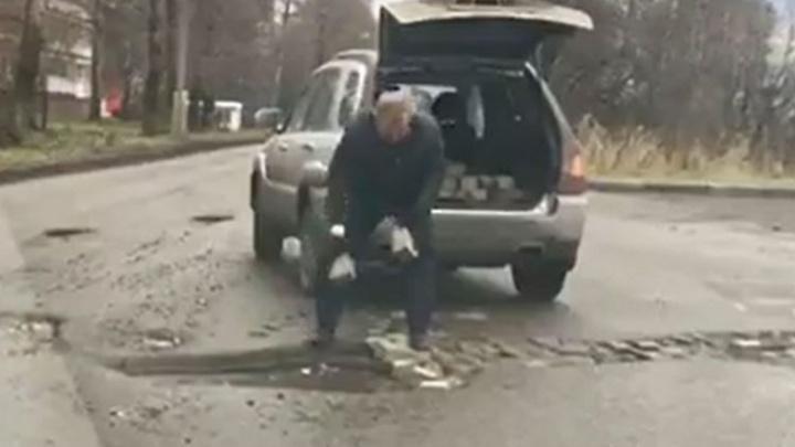 Не дождавшись ремонта, ярославец залатал яму на дороге кирпичами