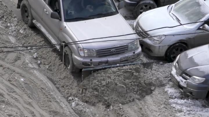 В Самаре снег с улиц убирает «Тойота-Лэнд-Крузер»