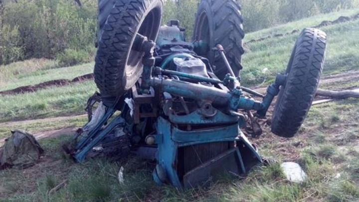 Под Самарой трактор перевернулся на крышу: водителя госпитализировали