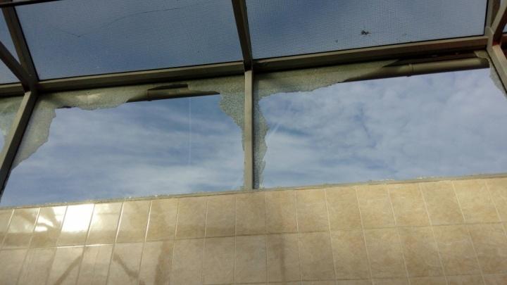 Волгоградцы полгода топчутся по стеклянной крошке в переходе