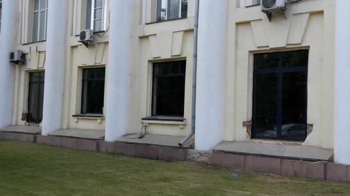 «Изуродовали памятник»: общественников возмутили новые окна в здании часового завода