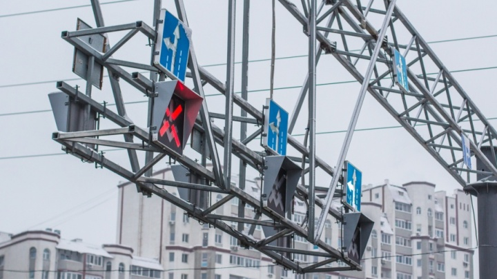 На Московском шоссе до утра закрыли центральную полосу реверсивных светофоров