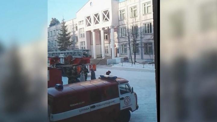 Это не учебная тревога: 226 учащихся челябинской школы эвакуировали из-за пожара