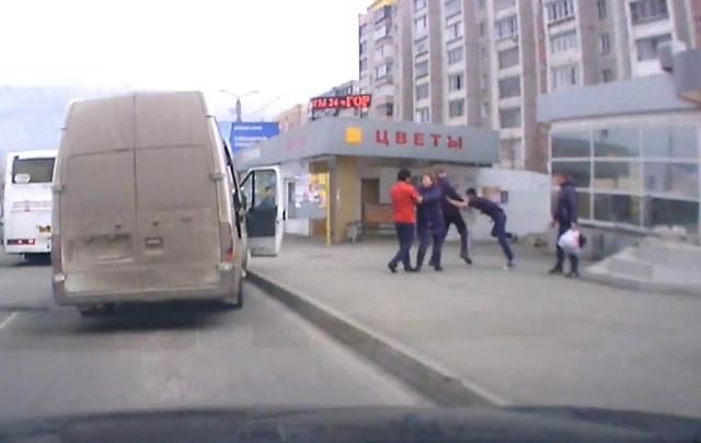 Драку водителя маршрутки с пассажиром в Челябинске сняли на видео