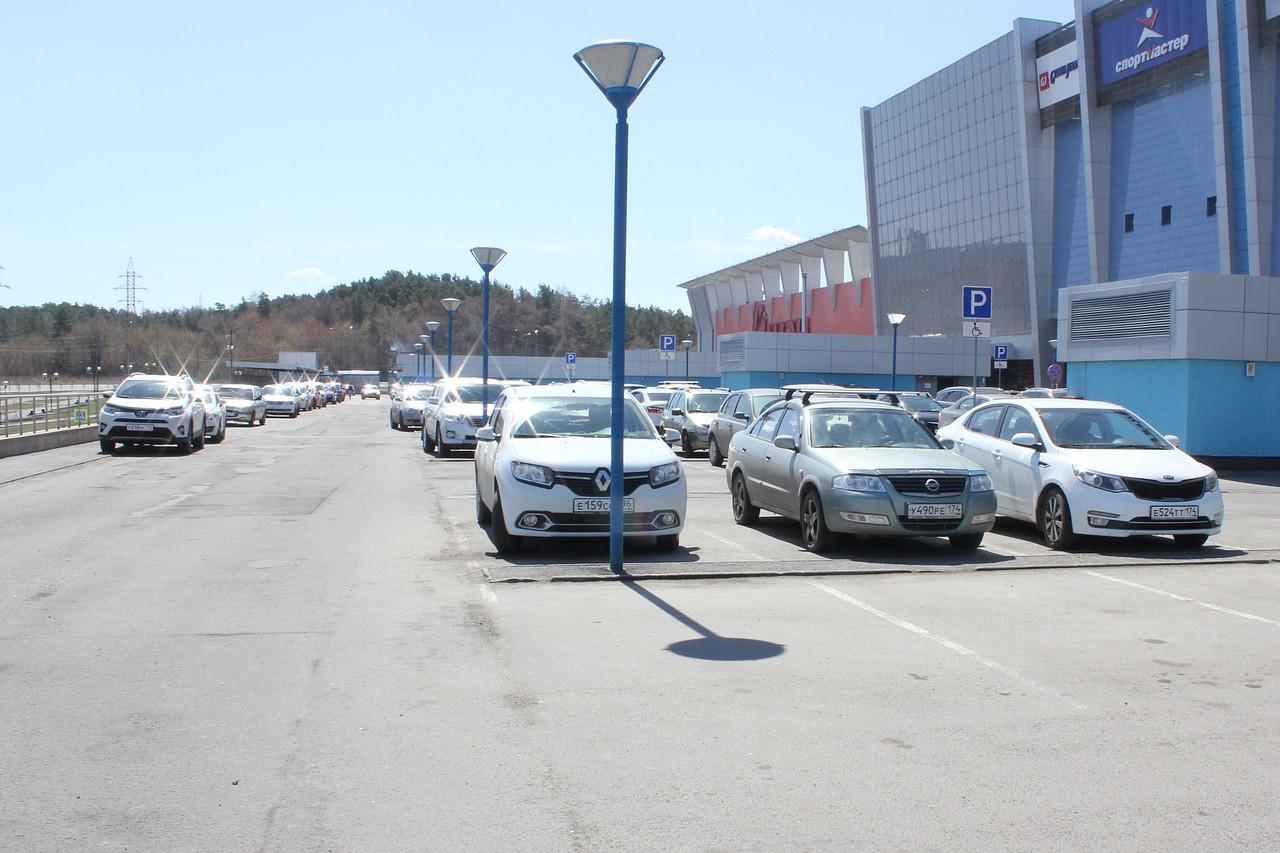 Повода парковаться на тротуаре нет: вокруг полно свободных мест