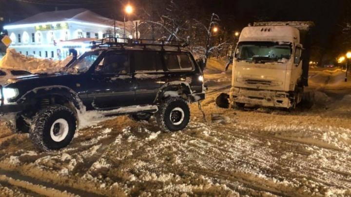 Спас всех: как ярославец вытаскивал из снега фуры и автобусы