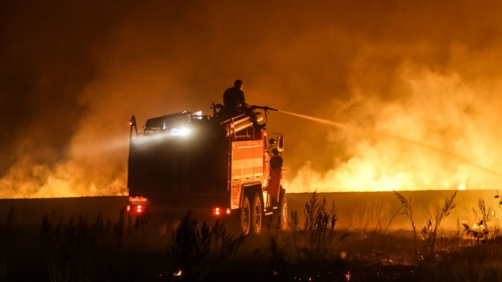 К тушению крупных степных пожаров в Михайловке привлекли авиацию