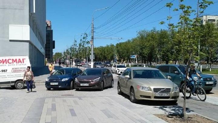 Волгоградские автомобилисты штурмуют велодороги в центре города